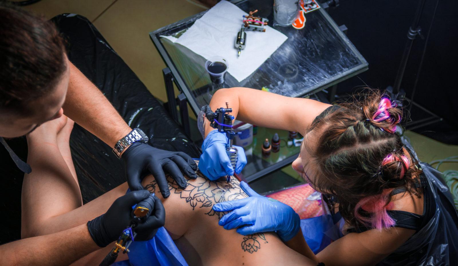 Мастера салона тату наносят изображение на кожу. Город Пенза